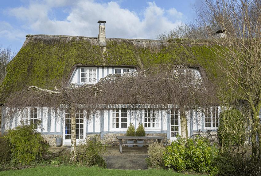 toit en chaume d'une maison normande, maison colombage