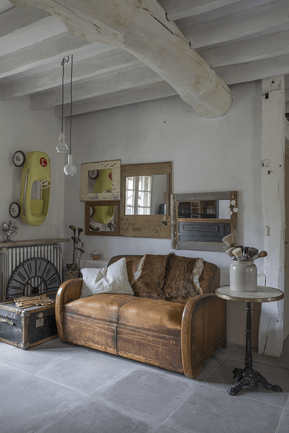 canapé marron dans une maison normande, maison colombage en normandie