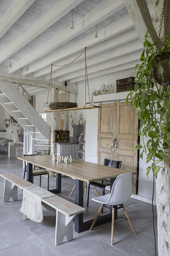 Salle à manger avec table en bois dans une maison de normande, maison colombage en normandie