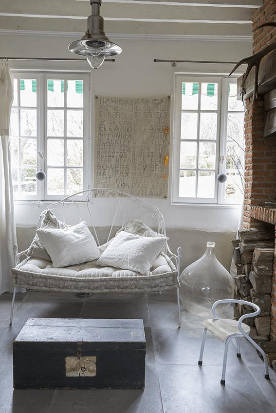 Place détente avec fauteuil dans maison normande, maison à colombage