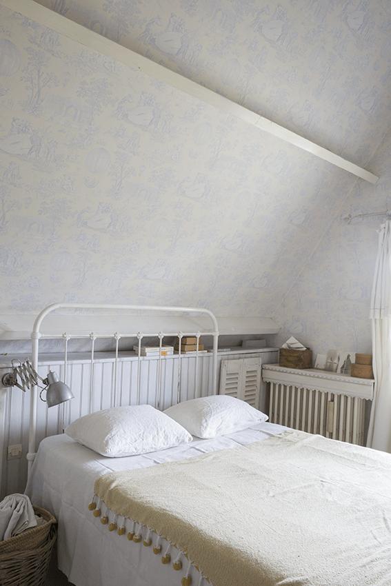 Chambre avec lit blanc dans maison normande, maison colombage