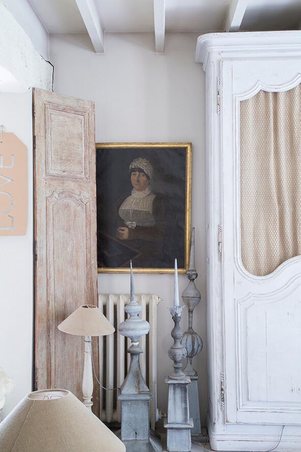 salon avec tableau portrait maison de campagne avec une décoration style gustavien