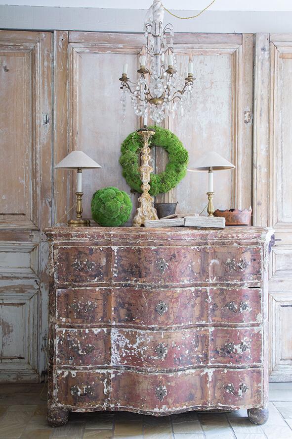 commode maison de campagne à la décoration style gustavien