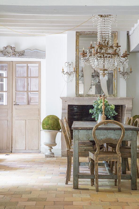 Salle à manger avec table verte maison de campagne à la décoration style gustavien.