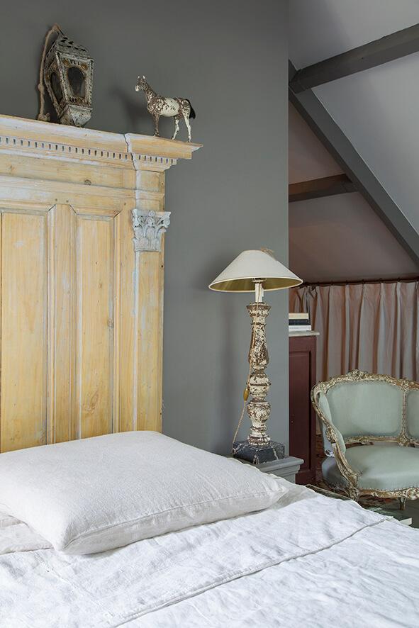Chambre avec lit blanc maison de campagne à la décoration style gustavien