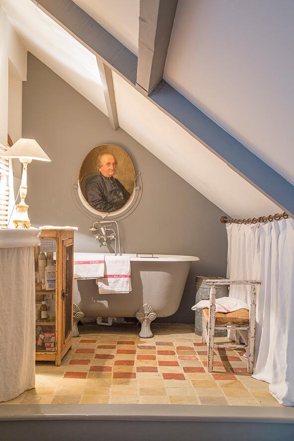 salle de bain avec portrait maison de campagne à la décoration style gustavien