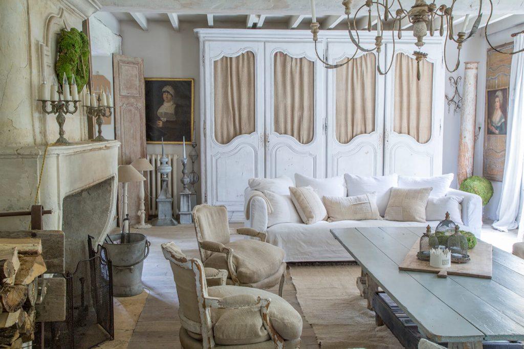 salon maison de campagne avec une décoration style gustavien