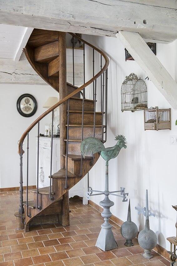 Escalier ancien maison à colombages Normandie
