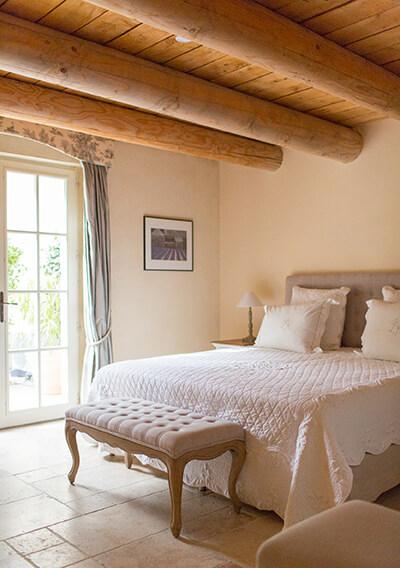 Chambre avec lit blanc maison de campagne au style provençal