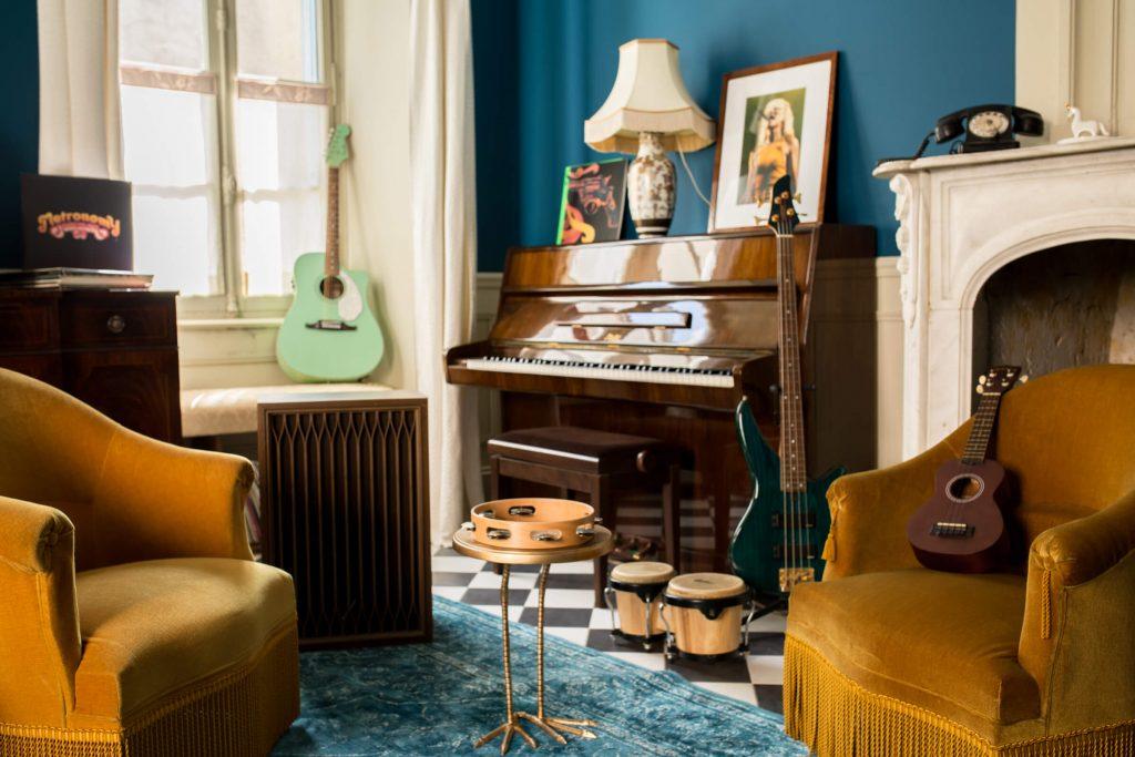 Salon musical à la décoration style vintage dans maison d'hôte avec piscine