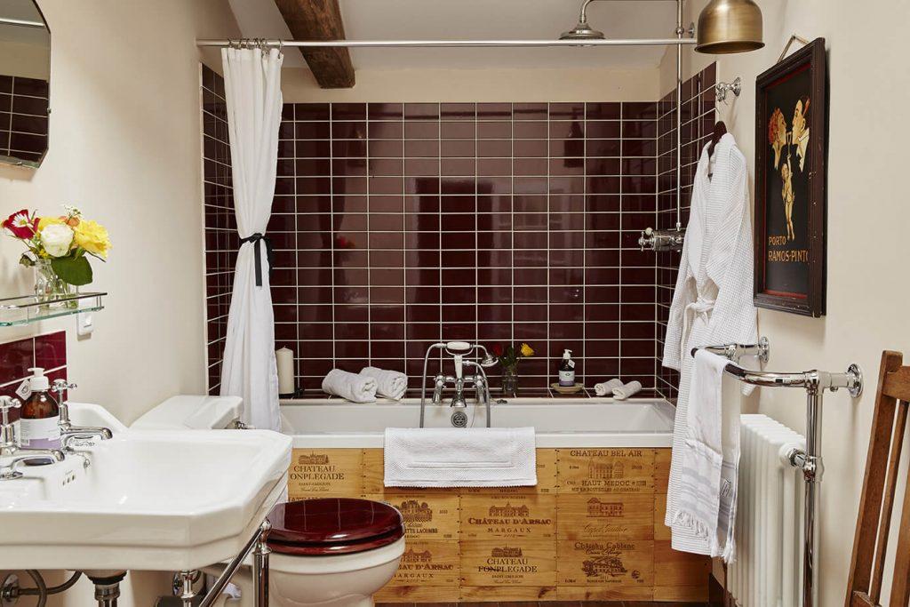 salle de bain avec toilettes dans une maison de campagne à la déco rustique chic