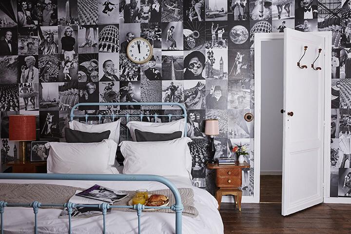 Chambre vintage avec lit blanc dans une maison de campagne à la déco rustique chic