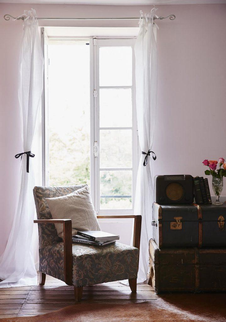 Chambre dans une maison d'hôte avec fauteuil , maison de campagne à la déco rustique chic