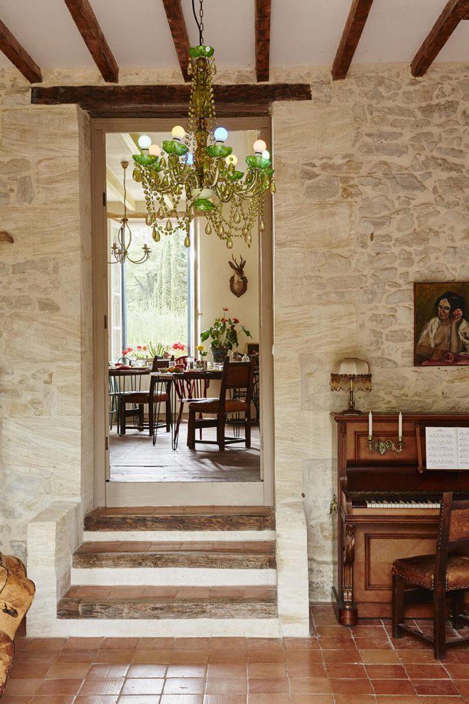 Mur en pierre avec escaliers dans une maison de campagne à la déco rustique chic