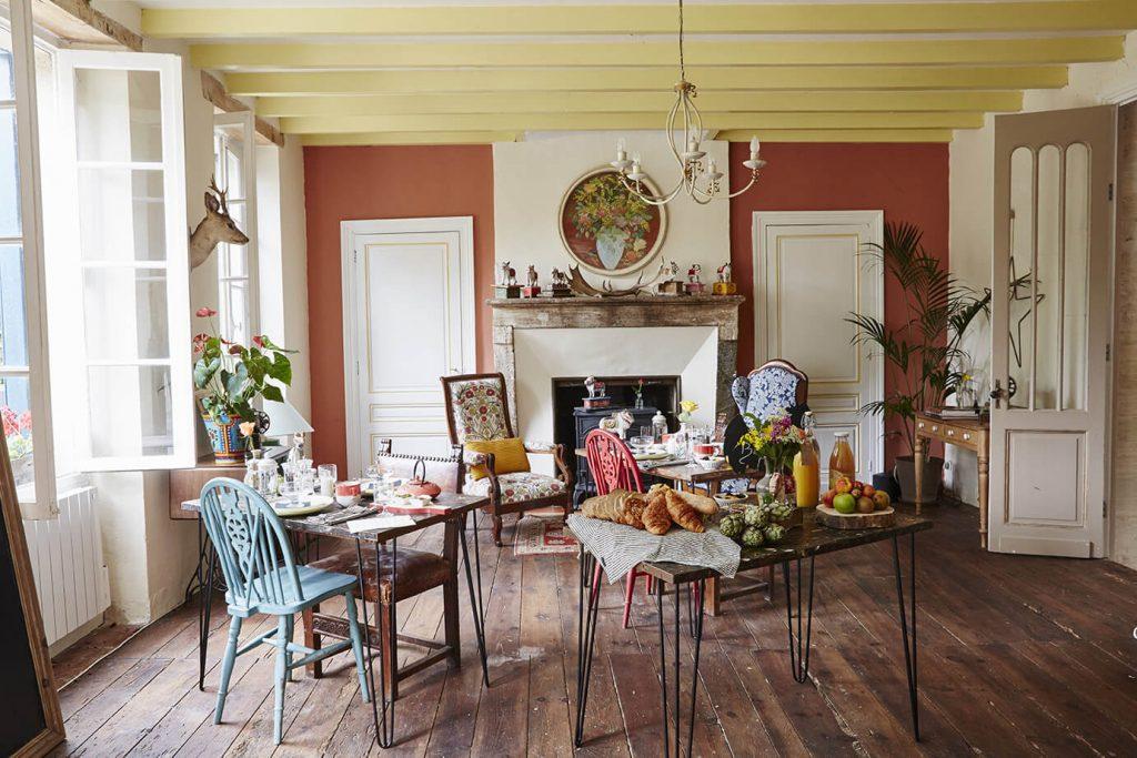 salle à manger avec table et cheminée dans une maison de campagne à la déco rustique chic
