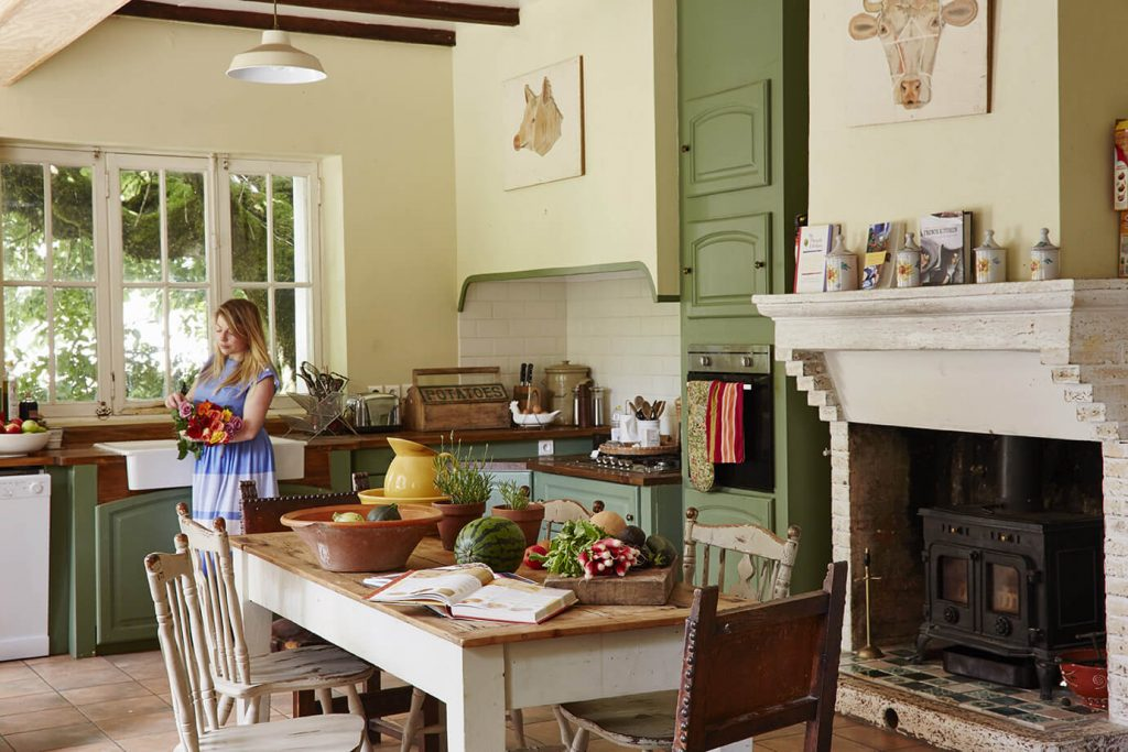 Cuisine avec table en bois dans maison de campagne à la déco rustique chic