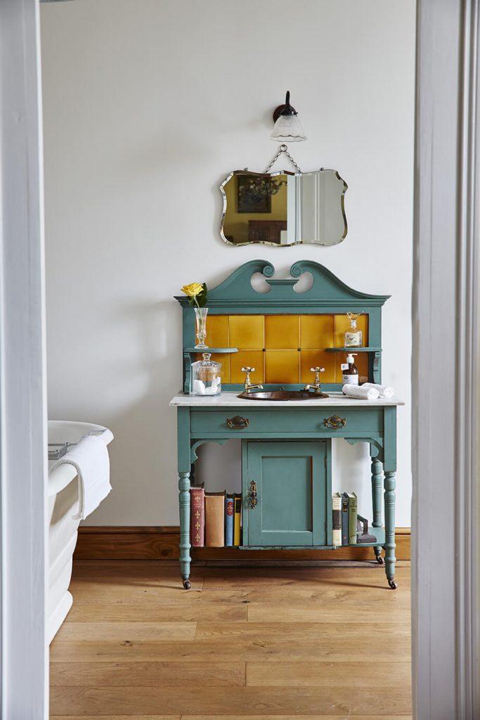 Meuble original bleu dans une chambre maison de campagne à la déco rustique chic