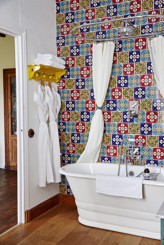 Salle de bain maison d'hôte de campagne à la déco rustique chic