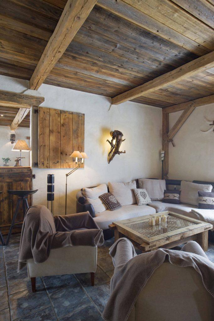 Salon avec canapé dans un chalet rustique