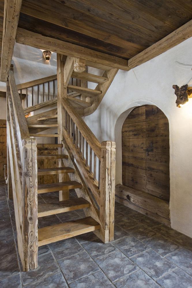 Escalier en bois dans un chalet rustique