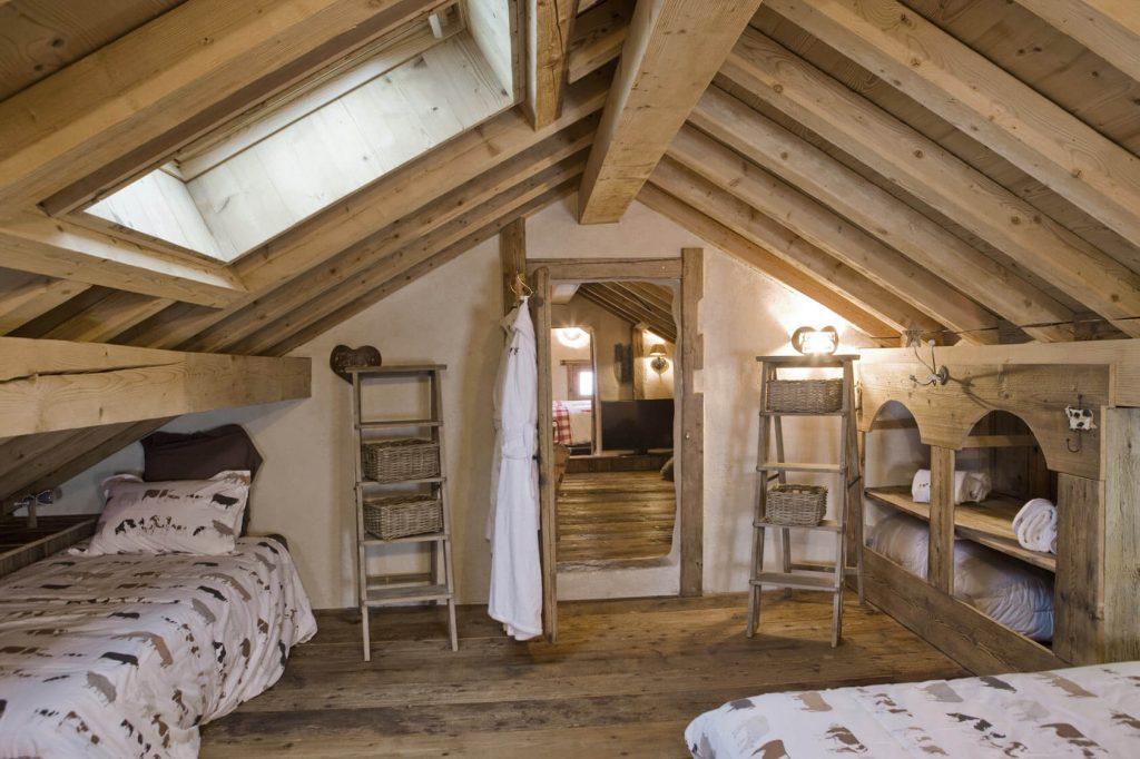 Chambre chalet rustique avec lits