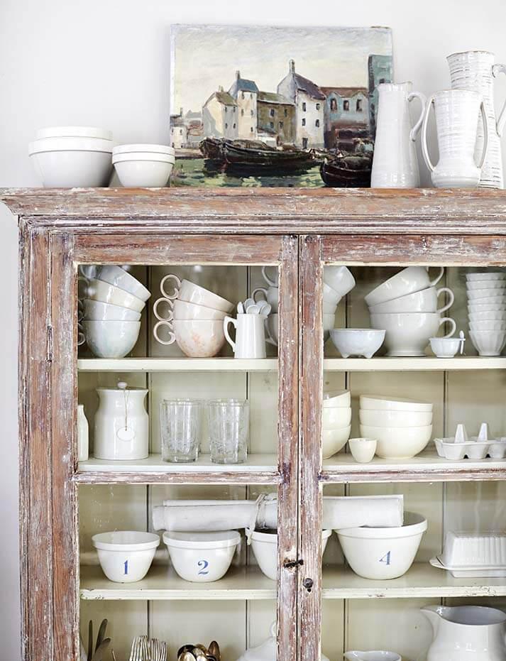 Armoire maison de campagne à la décoration romantique chic à Sussex