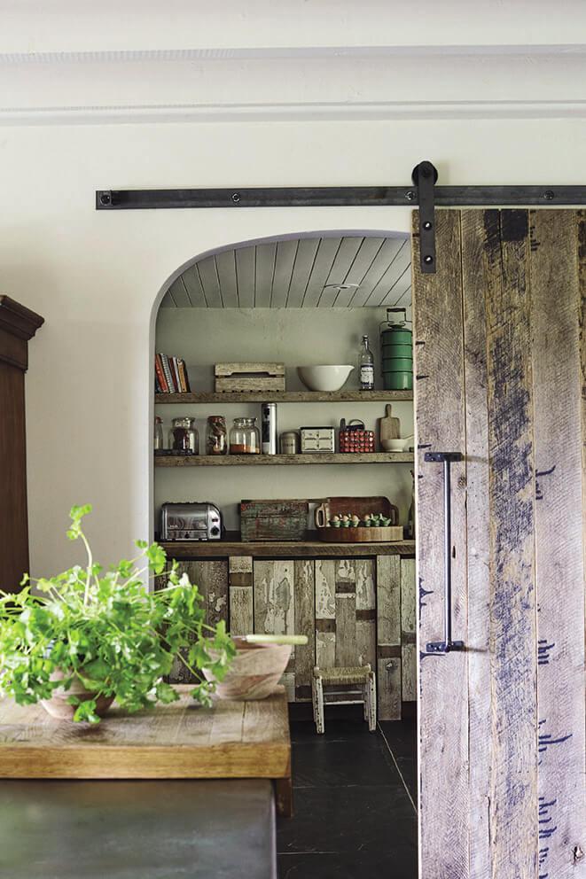 Porte coulissante maison de campagne, pour une décoration ethnique chic, une porte coulissante est une bonne idée de déco récup.