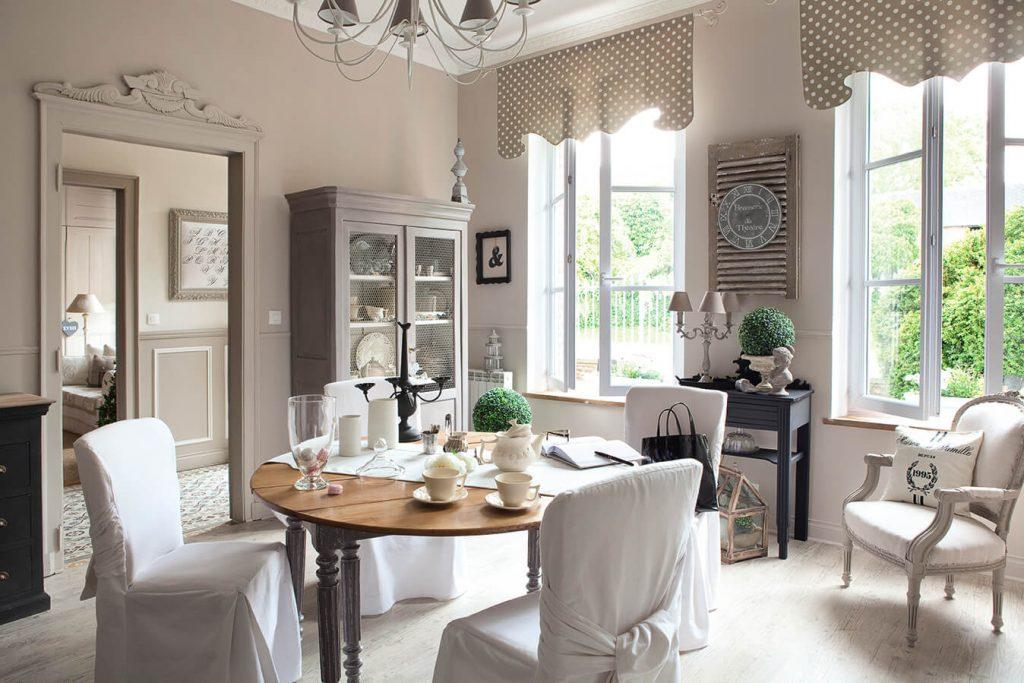 Salon avec table et chaises blanches maison classique chic