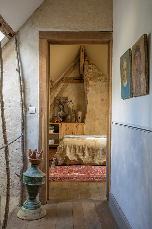 Palier avec branches d'arbre dans une maison authentique