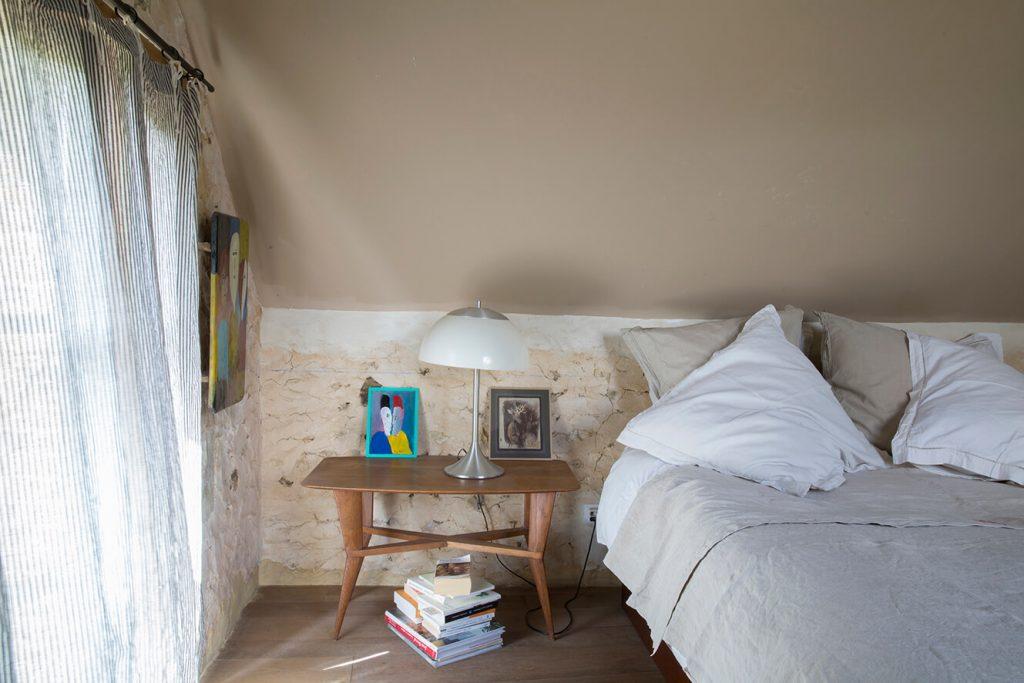 chambre avec lit dans maison authentique