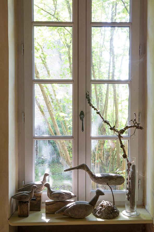 Fenêtres et oiseaux en bois dans une maison authentique