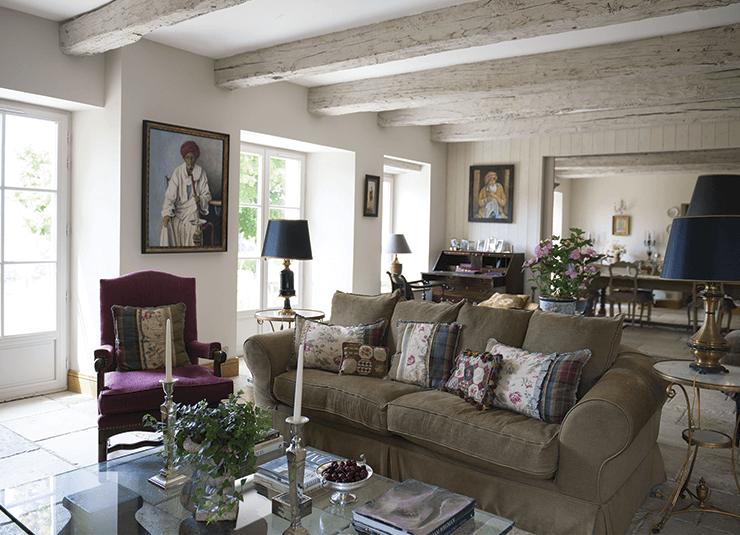 Salon dans une maison de campagne avec canapé et table