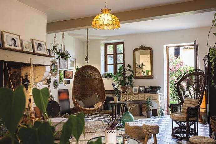 Salon avec déco maison de campagne chic et fleurs dans maison d'hôte avec piscine
