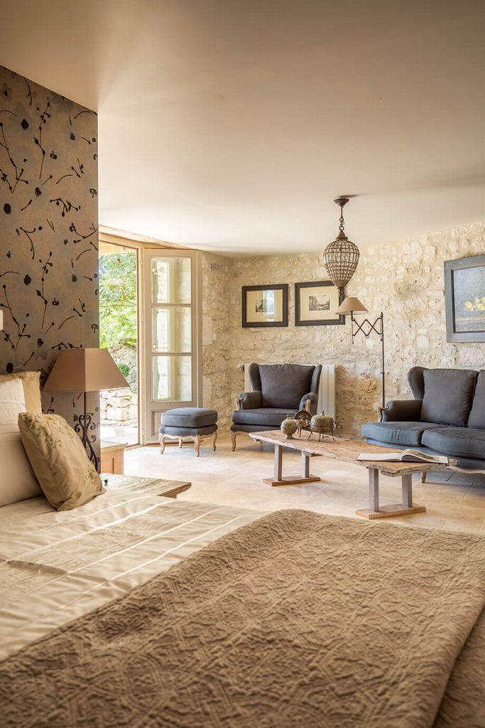 Chambre d'adulte avec lit deux place dans une maison de campagne à l'intérieur rustique chic