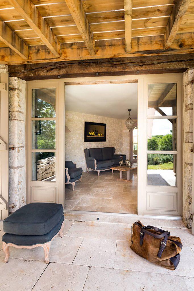 Petite terrasse en dehors d'une chambre à l'intérieur rustique chic