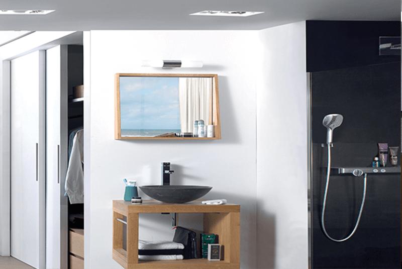 Vasque en pierre naturelle, barre porte-serviettes + robinet, flexible et bonde 60 x 62 x 50 cm ; miroir avec encadrement, 60 x 55 x 13 cm, 469 € l'ensemble, Scandilodge.