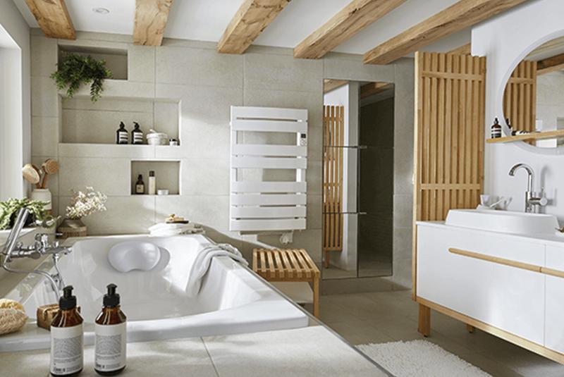 Salle de bains « Asriska », miroir éclairant LED avec tablette en frêne, 199 € ; cloison de séparation en frêne, 45 x 190 x 3 cm, 99 € ; meuble sous vasque, 45 x 48 x 100 cm, 219 €, Castorama.