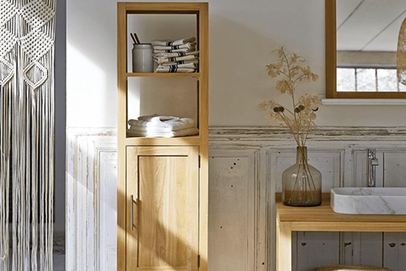 Colonne en teck « Layang », 190 x 40 x 35 cm, glissières en bois, 599 €, Tikamoon. Joli accessoire pour décorer sa salle de bain.
