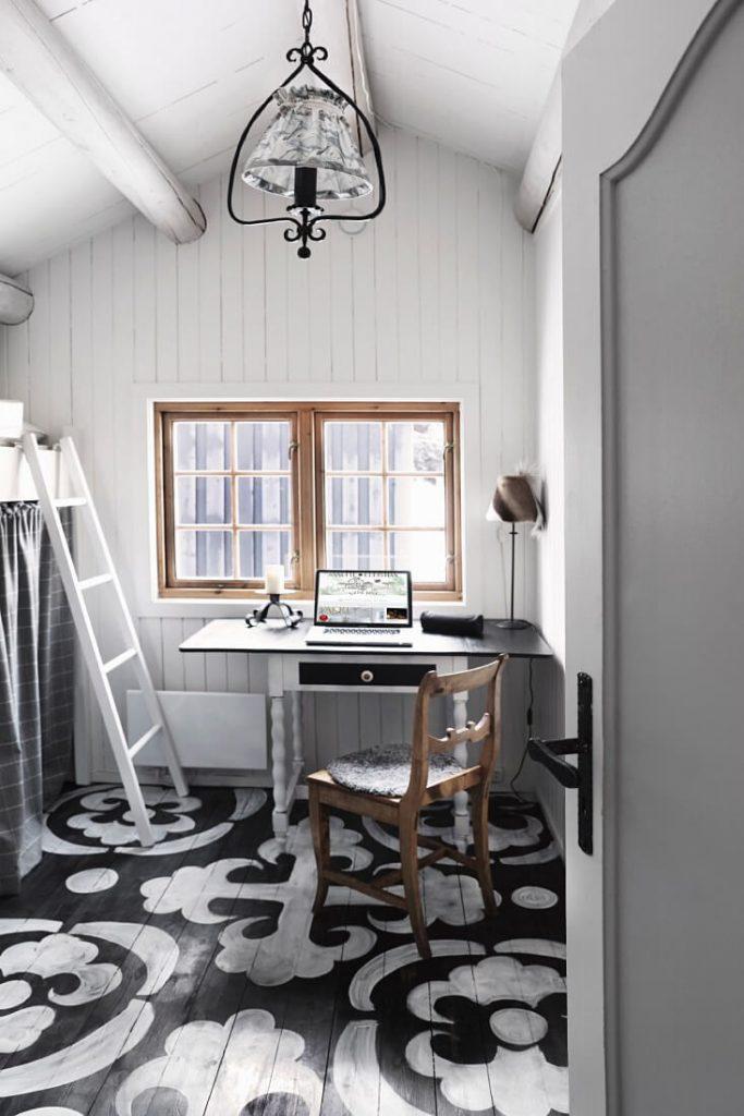 Chambre avec ordinateur dans un chalet cosy à la déco bohème chic