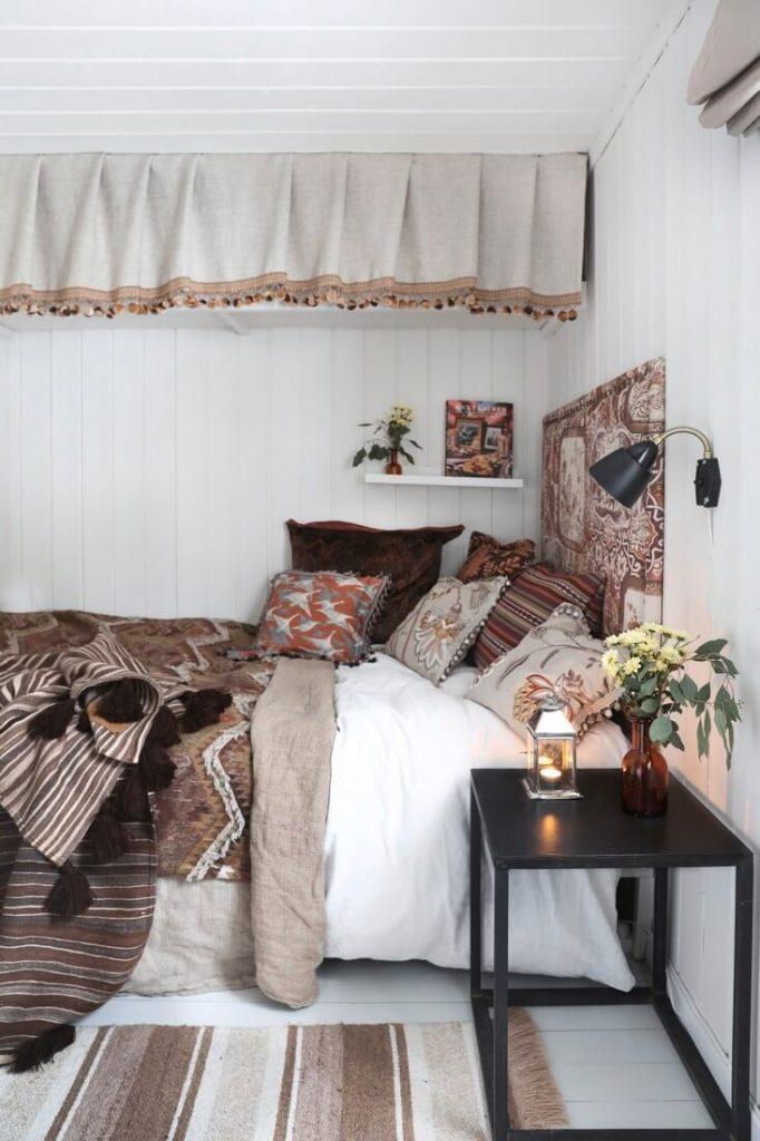 Chambre avec lit dans un chalet cosy à la déco bohème chic