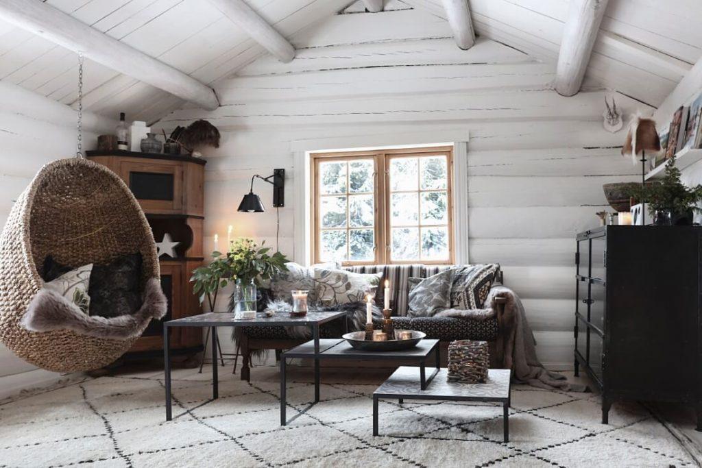 salon avec canapé noir dans chalet cosy