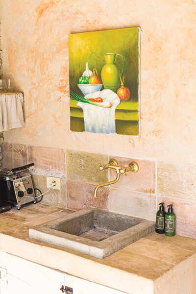 Cuisine avec évier maison de campagne au style provençal