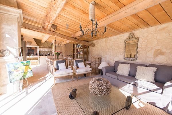 Salon avec canapé gris maison de campagne au style provençal