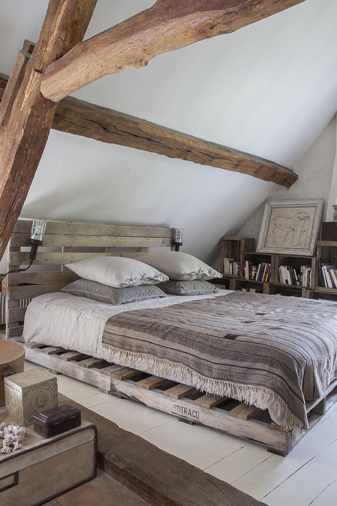 Chambre avec lit dans une maison de campagne à la déco récup chic