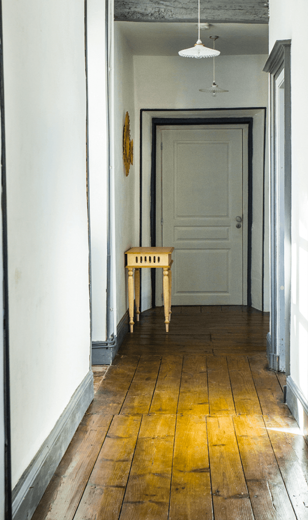 Couloir avec poutre en bois dans maison d'hôte avec déco maison de campagne chic
