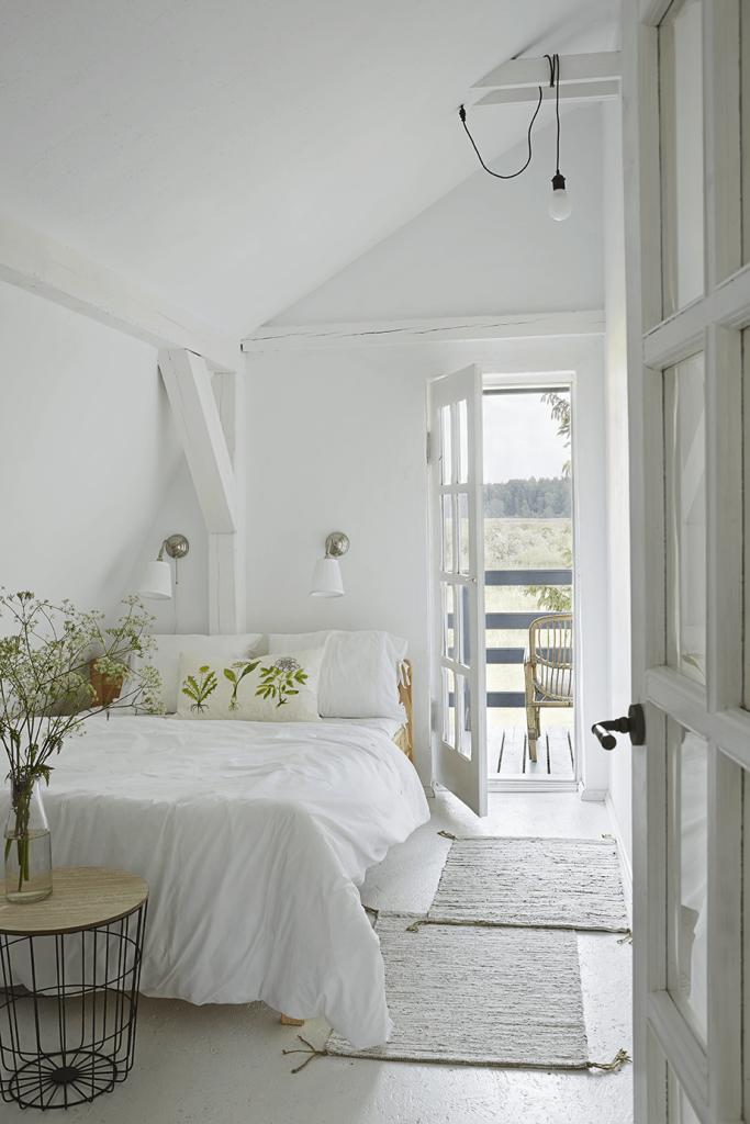 Chambre blanche maison de campagne à la décoration style romantique