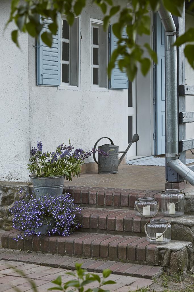 Volets bleus maison de campagne à la décoration style romantique chic