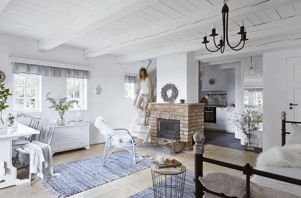 Salon avec cheminée dans une maison de campagne à la décoration style romantique
