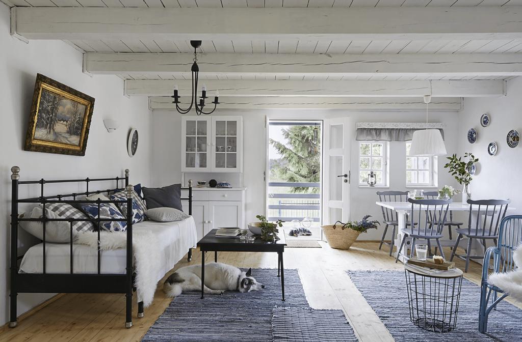 Canapé maison de campagne à la décoration style romantique