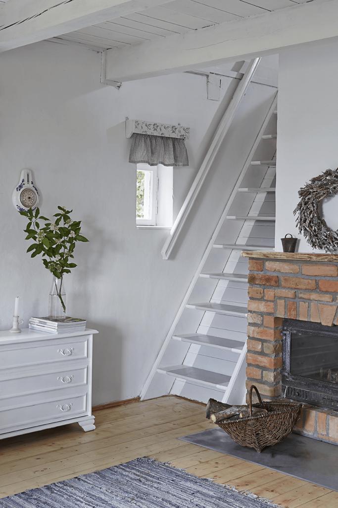 Escalier balnc dans une maison de campagne à la décoration style romantique